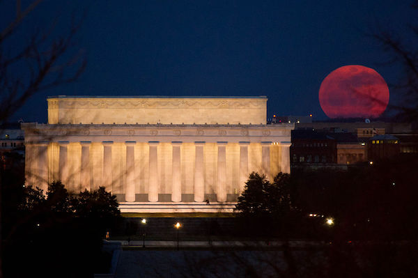Perigee_Moon_19_March_2011_Lincoln_Memorial